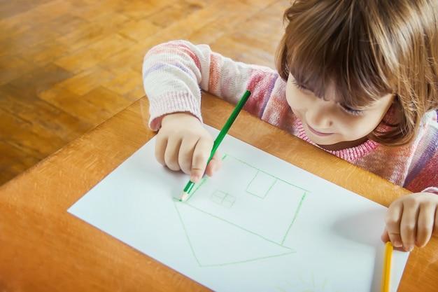 Teken familie van het kindhuis. selectieve aandacht. kinderen.