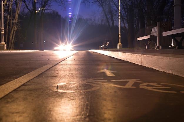 Teken fietspad 's nachts in het park op deze manier voor je gezondheid