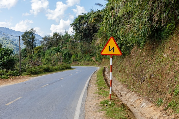 Teken kronkelende weg op een bergweg vietnam, verkeersbord