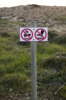 Teken, scheur geen bloemen, loop niet op het gras, geen teken van vertrappen van het gazon