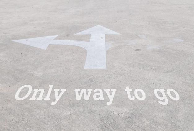 Teken van de close-up het oude en bleke pijl op de textuur van de straatvloer