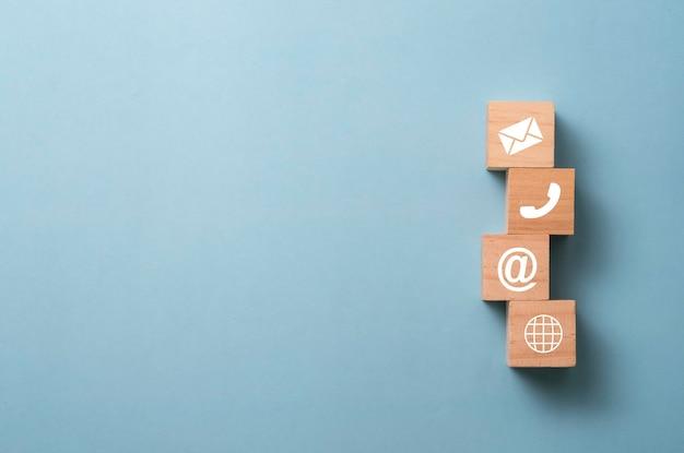 Teken van e-mailadres en telefoon op houten kubussen