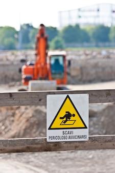 Teken van gevaar voor werk in uitvoering (italiaans) op een bouwplaats