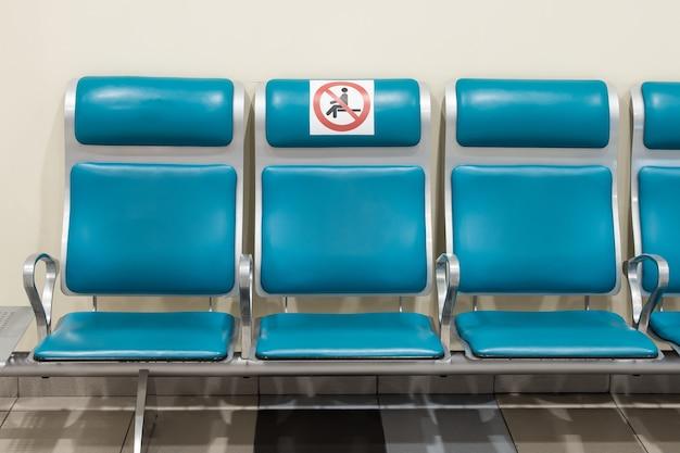 Teken van overeenstemming met de afstand op de stoelen in de wachtkamer van het station.