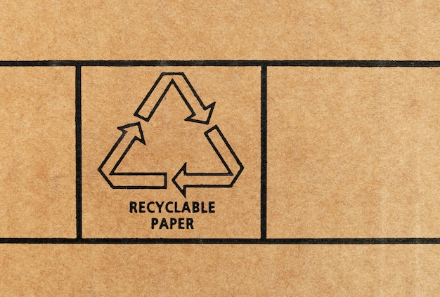 Teken van recyclebaar papier gedrukt op gerecycled karton. detailopname.