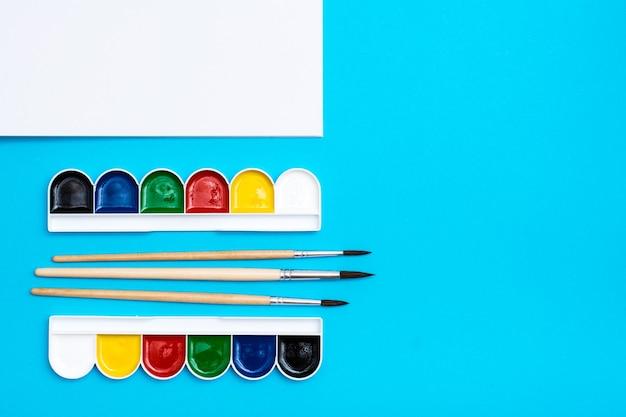 Tekengereedschappen met waterverf en penselen