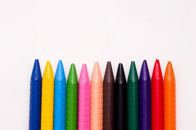 Tekening concept. krijt van verschillende kleuren op een wit papier.