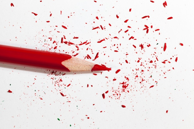 Tekening getekend met rood potlood op gewoon papier van slechte kwaliteit