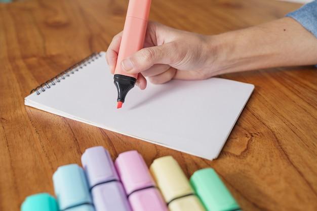 Tekening op een wit vel met een kleurmarkeerstift