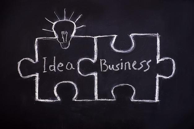 Tekening puzzel op blackboard om bedrijfsconcept uit te leggen.