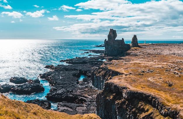 Tekeningen van de gigantische stenen aan de kust van het schiereiland snaefellsnes. ijsland