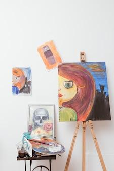 Tekeningen van de kunstenaar in de studio