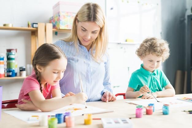 Tekenleraar en kinderen in de studio