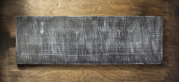 Tekenpaneel bij houten achtergrondoppervlak