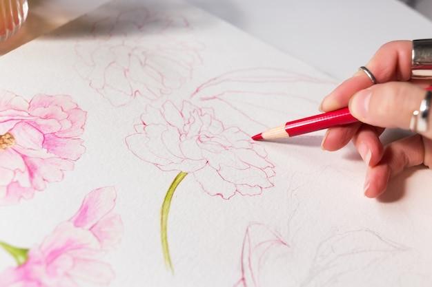 Tekenproces van aquarelillustratie met lentebloemhand met penseel