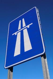 Tekenweg op blauwe hemel