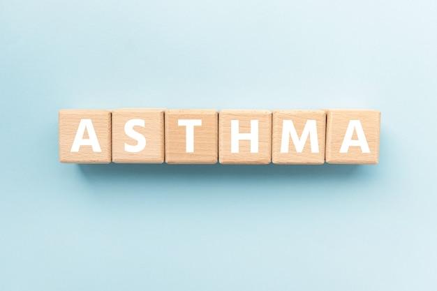 Tekst astma op houten kubussen langdurige ontstekingsziekte van de luchtwegen van de