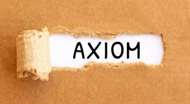 Tekst axioma verschijnt achter gescheurd bruin papier tekstcultuur verschijnt achter gescheurd bruin papier.