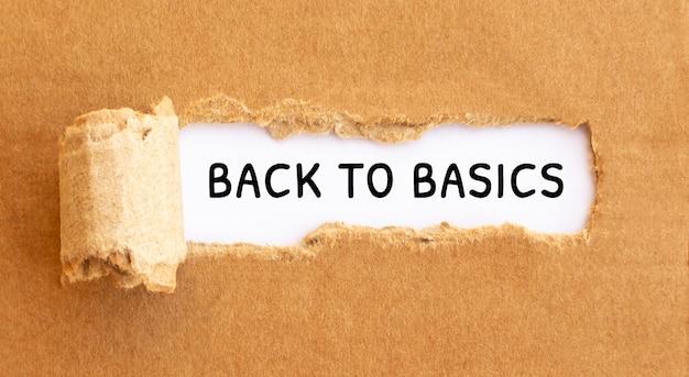 Tekst back to basics verschijnt achter gescheurd bruin papier tekst cultuur verschijnt achter gescheurd bruin papier.