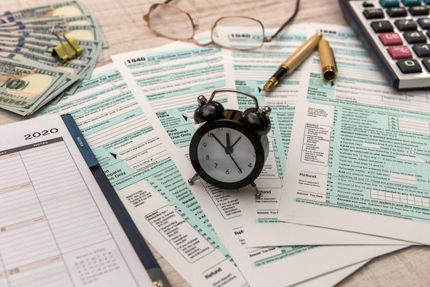 Tekst belastingdag op kladblok met 1040-formulier