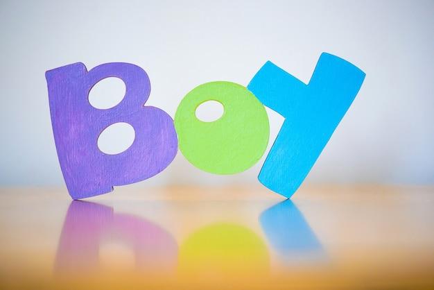 Tekst boy veelkleurige houten letters van het alfabet
