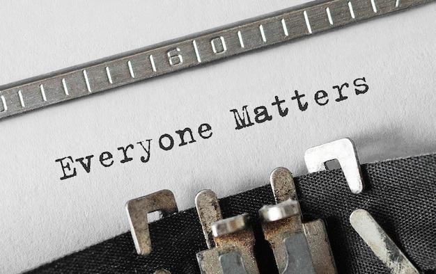 Tekst die iedereen telt getypt op retro typemachine