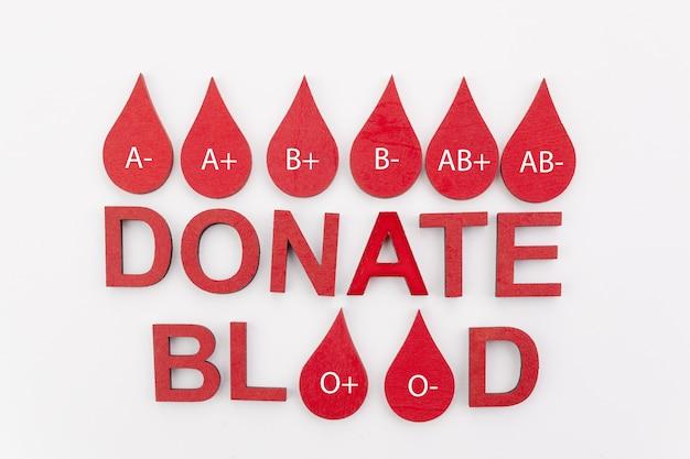 Tekst doneer bloed met rode druppels