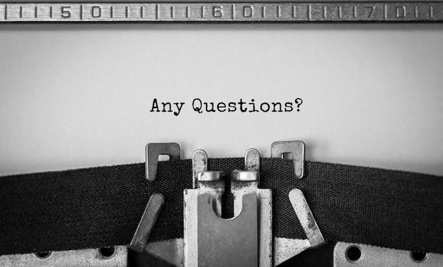 Tekst eventuele vragen getypt op retro typemachine