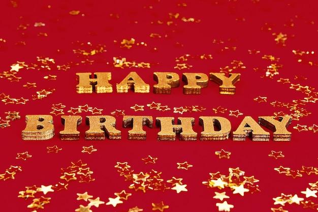 Tekst gelukkige verjaardag opgemaakt van gouden letters. gouden sterren confetti.
