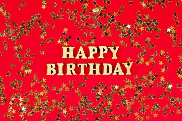 Tekst gelukkige verjaardag opgemaakt van gouden letters op mooi. gouden sterren confetti.