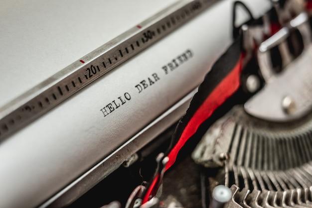 Tekst hallo beste vriend oude schoolstijl gedrukt op retro vintage typemachine