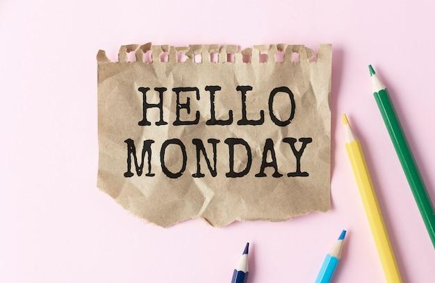 Tekst hallo maandag op korte notitie papier witte achtergrond
