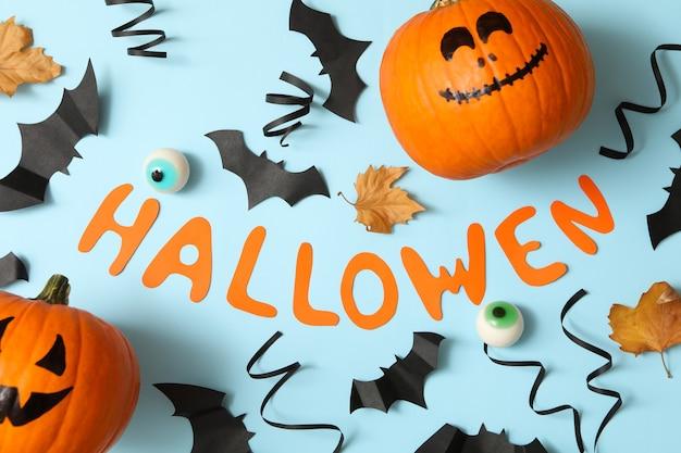 Tekst halloween en accessoires op blauwe achtergrond