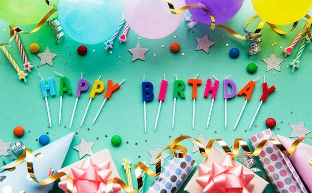 Tekst happy birthday door kaarsletters met verjaardagsdecor