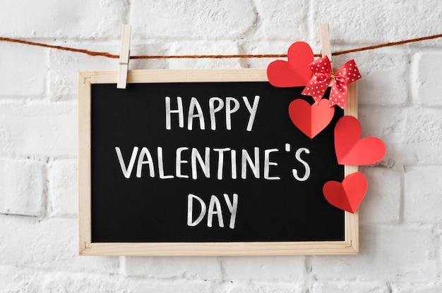 Tekst happy valentine's day geschreven op een schoolbord
