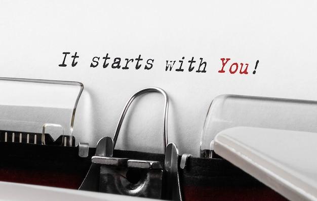 Tekst het begint met u getypt op retro typemachine.