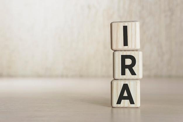 Tekst ira - individuele pensioenrekening op houten blokken. bedrijfsconcept.