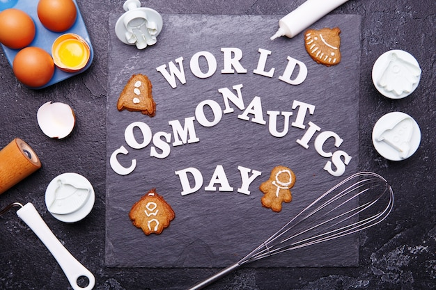 Tekst is wereldkosmonautiekdag en koekjes in de vorm van astronaut, raket, vliegende schotel en alien