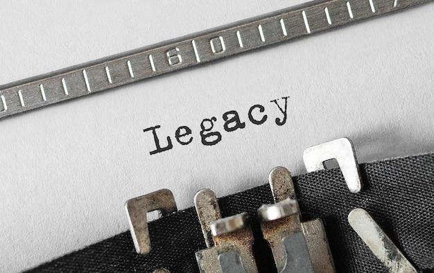 Tekst legacy getypt op retro typemachine
