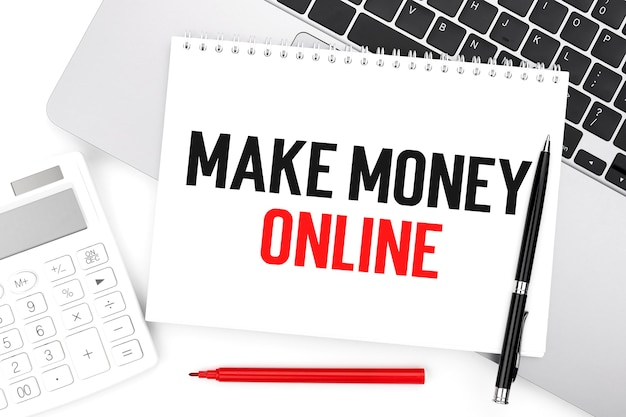 Tekst maak maney online op notebook, rekenmachine, laptop. bedrijfsconcept. plat leggen.