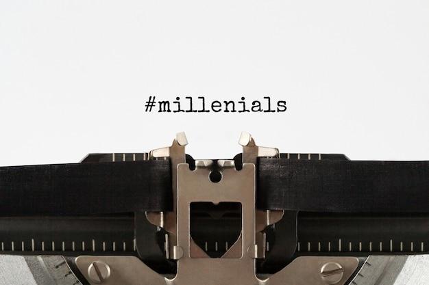 Tekst millenials getypt op retro typemachine, concept. stock beeld