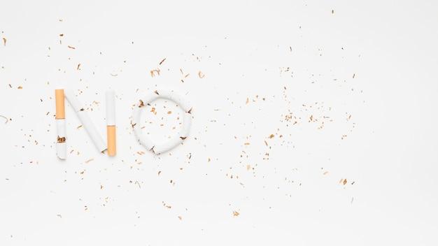 Tekst nr gemaakt van gebroken sigaretten met tabak op witte achtergrond