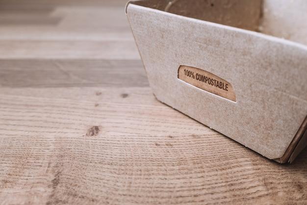 Tekst op een doos van gerecycled karton
