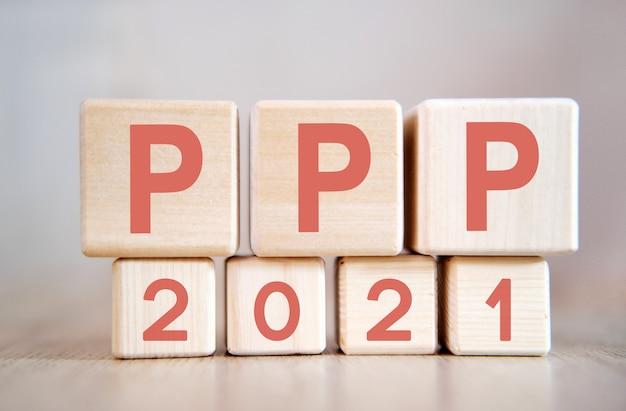 Tekst - ppp 2021 op houten kubussen, op houten ondergrond