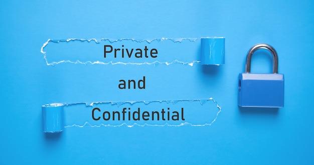 Tekst privé en vertrouwelijk op gescheurd papier.