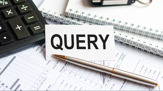 Tekst query intoetsen op wit papier kaart, zwarte letters, pen en diagram op witte achtergrond.