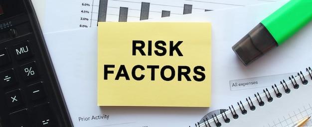 Tekst risicofactoren op de pagina van een notitieblok