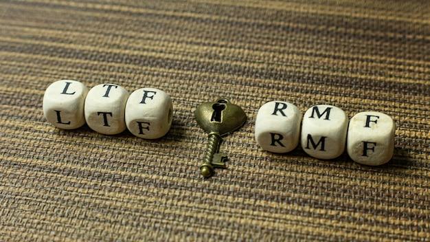 Tekst rmf op houten kubus