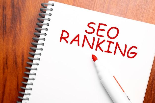 Tekst seo ranking geschreven in kladblok,
