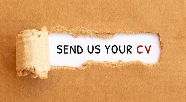 Tekst stuur ons uw cv achter gescheurd bruin papier.